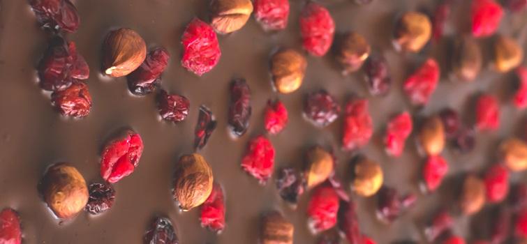 Corteccia di cioccolato con nocciole e frutta secca